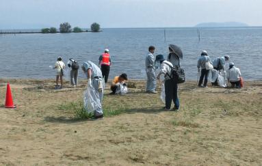 琵琶湖湖畔での地域清掃活動参加